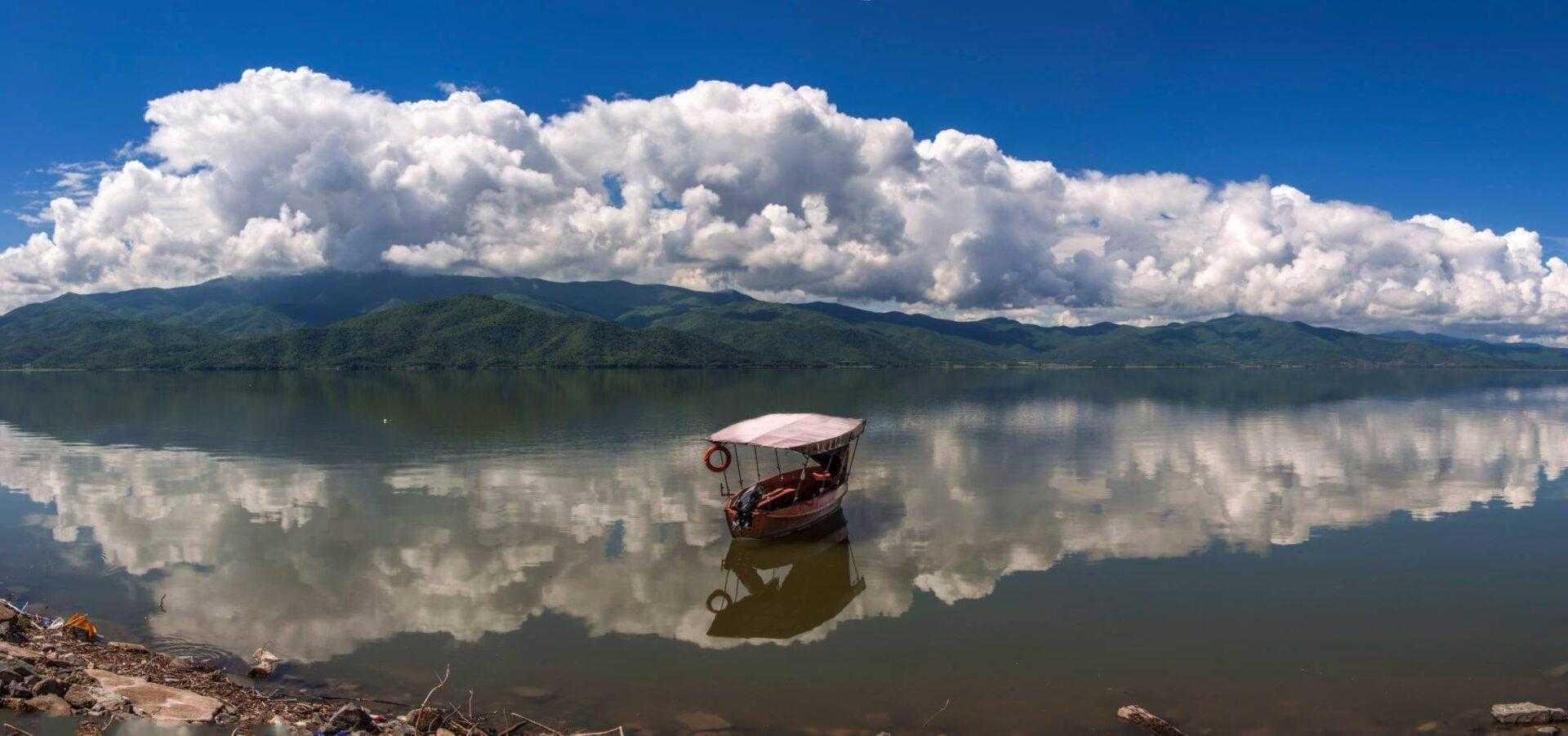 Βαρκάδα στη λίμνη με παραδοσιακές Πλάβες